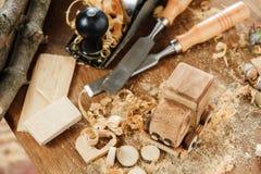 木toy truck在木匠业工作凳的van car 爱好diy工艺,做 免版税库存照片