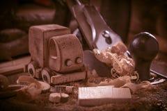 木toy truck在木匠业工作凳的van car 爱好diy工艺,做 免版税库存图片
