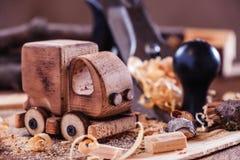 木toy truck在木匠业工作凳的van car 爱好diy工艺,做 免版税图库摄影