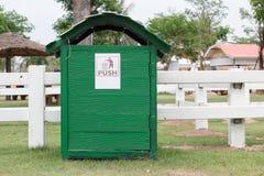 木trashcan在站点 免版税库存照片