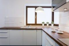 木worktops和白色碗柜 免版税库存图片
