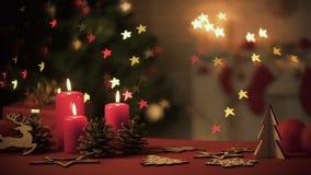木X-mas装饰和灼烧的蜡烛在闪耀与光的桌树 影视素材