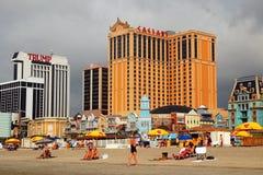 未决定的天气接近大西洋城海滩和赌博娱乐场  图库摄影
