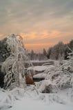 未冻结的湖在冬天日落森林里 库存照片