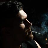 未剃须的人打开香烟 免版税库存照片