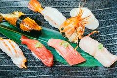 未加工和新鲜的三文鱼金枪鱼虾和其他寿司 图库摄影