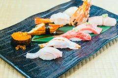 未加工和新鲜的三文鱼金枪鱼虾和其他寿司 库存图片