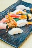 未加工和新鲜的三文鱼金枪鱼虾和其他寿司 免版税库存照片