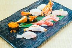 未加工和新鲜的三文鱼金枪鱼虾和其他寿司 免版税图库摄影