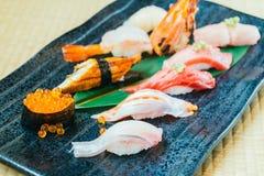 未加工和新鲜的三文鱼金枪鱼虾和其他寿司 免版税库存图片