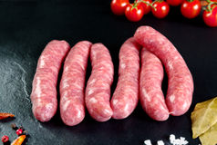 未加工和新鲜的肉 新鲜的香肠和准备好鸡的肉烹调 库存照片