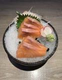 未加工的三文鱼切片或三文鱼生鱼片在日本风格新服务在冰与新鲜的山葵 免版税库存照片