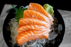 未加工的三文鱼切片或三文鱼生鱼片 库存图片
