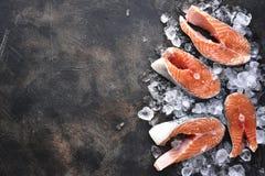 未加工的三文鱼牛排在冰的 与空间的顶视图文本的 库存照片