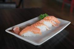 未加工的三文鱼nigiri寿司盘-日本食物食谱 免版税库存照片