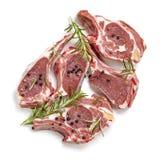 未加工的与罗斯玛丽和干胡椒的羊羔炸肉排顶视图 库存照片