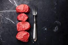 未加工的使有大理石花纹的肉牛排小腓厉牛排和肉分叉 免版税库存图片