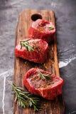 未加工的使有大理石花纹的肉牛排小腓厉牛排和调味料 免版税图库摄影