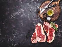 未加工的使有大理石花纹的肉牛排 免版税库存图片