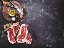 未加工的使有大理石花纹的肉牛排 免版税库存照片