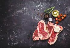 未加工的使有大理石花纹的肉牛排 库存图片