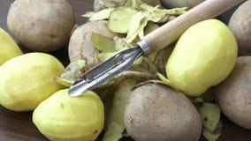未加工的土豆和刀子在木背景 股票视频