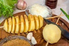 未加工的土豆螺旋切开了串用乳酪、大蒜、provanskiy草本和蔬菜沙拉 库存照片