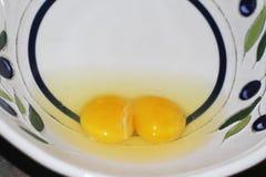 未加工的在碗的鸡蛋用卵黄质和白色 免版税库存照片