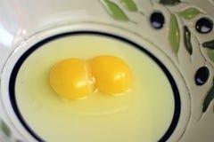 未加工的在碗的鸡蛋用卵黄质和白色 免版税库存图片