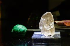 未加工的宝石,白色Scapolite 免版税库存照片