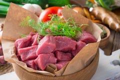 未加工的小牛肉切开了成与菜和其他成份的片断 免版税库存照片