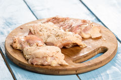 未加工的小鸡腿用香料为烤肉做准备 库存图片