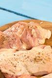 未加工的小鸡腿用香料为烤肉做准备 库存照片