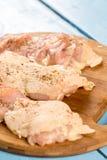 未加工的小鸡腿用香料为烤肉做准备 免版税库存图片