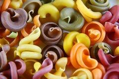 未加工的意大利语上色了面团背景纹理,顶视图,食物概念-各种各样未煮过,集合 免版税库存图片