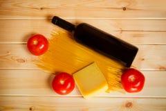 未加工的意粉面团、新鲜的蕃茄、酒和帕尔马干酪 库存图片