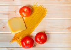 未加工的意粉面团用新鲜的蕃茄和帕尔马干酪 库存图片
