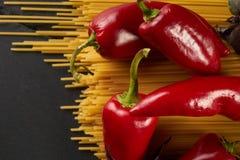 未加工的意粉bavette用蕃茄,甜椒特写镜头  免版税库存图片