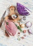未加工的成份-肉、红叶卷心菜、葱、大蒜、香料和草本 烹调可口和健康午餐 免版税库存图片
