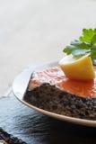 未加工的新鲜的三文鱼炸肉排牛排用柠檬和荷兰芹装饰 库存照片