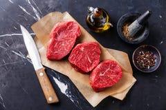 未加工的新鲜的使有大理石花纹的肉牛排 免版税库存照片