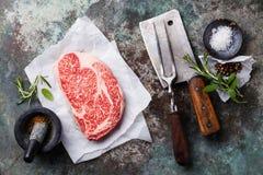 未加工的新鲜的使有大理石花纹的肉黑色安格斯牛排Ribeye 库存照片