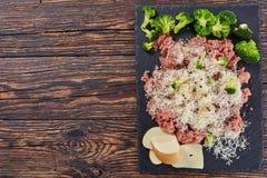 未加工的新鲜的加料碎肉用硬花甘蓝和乳酪 免版税库存照片