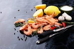 未加工的新鲜的大虾南方的Langostino 虾海鲜用柠檬a 免版税库存图片