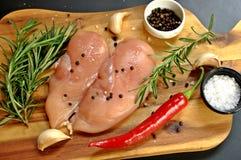 未加工的新鲜的未煮过的鸡胸脯肉内圆角盘 免版税库存照片