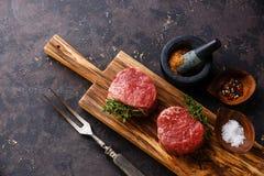 未加工的新鲜的肉牛排小腓厉牛排和调味料 库存照片