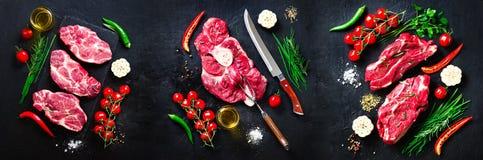 未加工的新鲜的肉牛排用西红柿、辣椒、大蒜、油和草本在黑暗的石头,具体背景 钞票 图库摄影