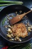 未加工的新鲜的肉用葱、红辣椒、大蒜和石灰 库存照片