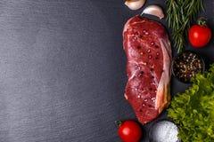 未加工的新鲜的肉纽约牛排 库存图片