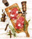 未加工的新鲜的肉肋骨眼睛牛排用草本 背景许多饺子的食物非常肉 库存照片
